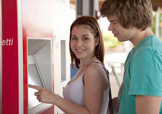 Mann und Frau am Ticketautomaten