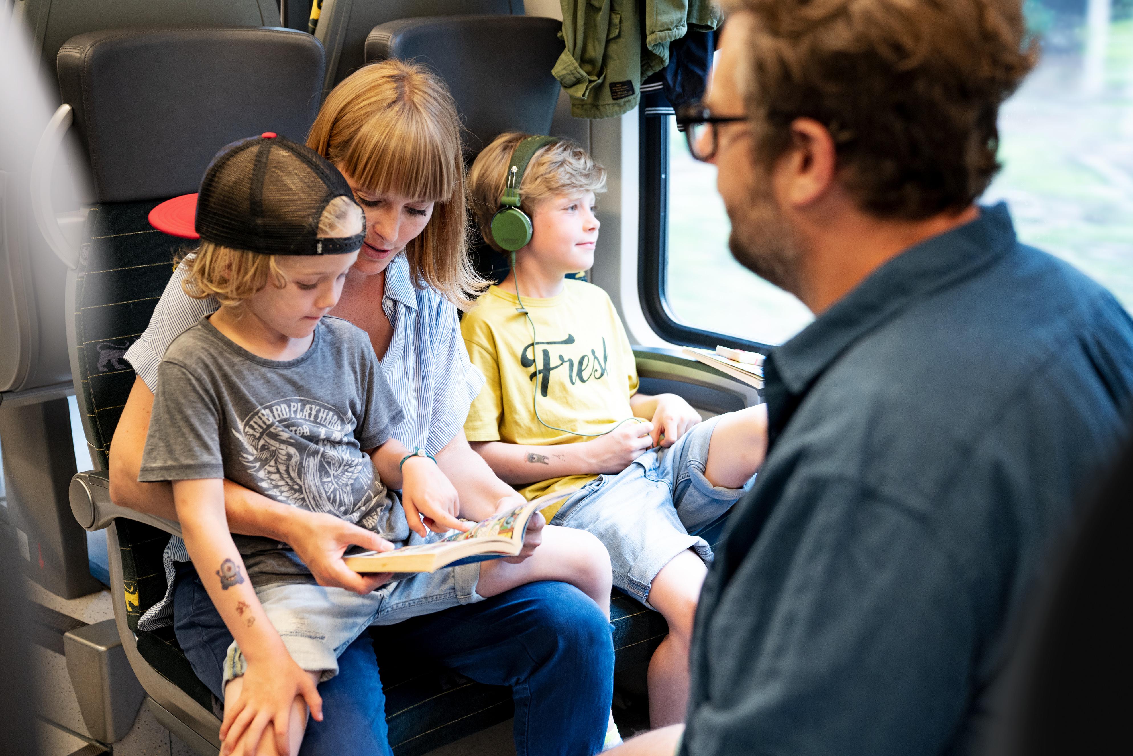 Familie fährt im Zug