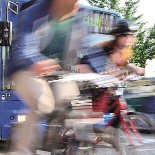 Radfahrer vor einem Bus